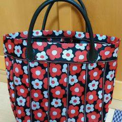 赤白花柄黒ベルト縁バッグ