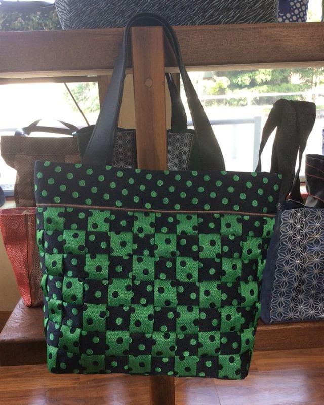 緑色x黒色の水玉模様の これ又 たたみへりバッグです️️ 30センチくらいのトートバックですが 畳ヘリは 30m位 使ってありますよ〜 それでも とても軽いんです️️#畳や #手づくり #バッグ #可愛い #軽くて丈夫 #畳ヘリバッグ