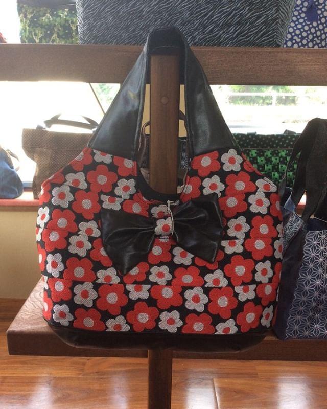 赤x白x黒と 私が個人的に大好きな畳ヘリのバッグ とても可愛いでしょー️#畳や #手づくり #バッグ #かわいい